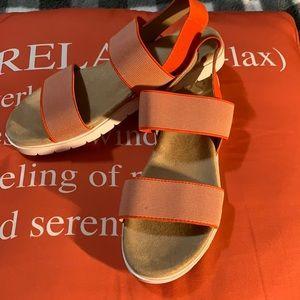 So elastic sandals